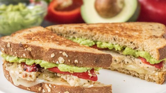 Imagen de la receta Sándwich de Pollo con Aguacate y Queso Asado